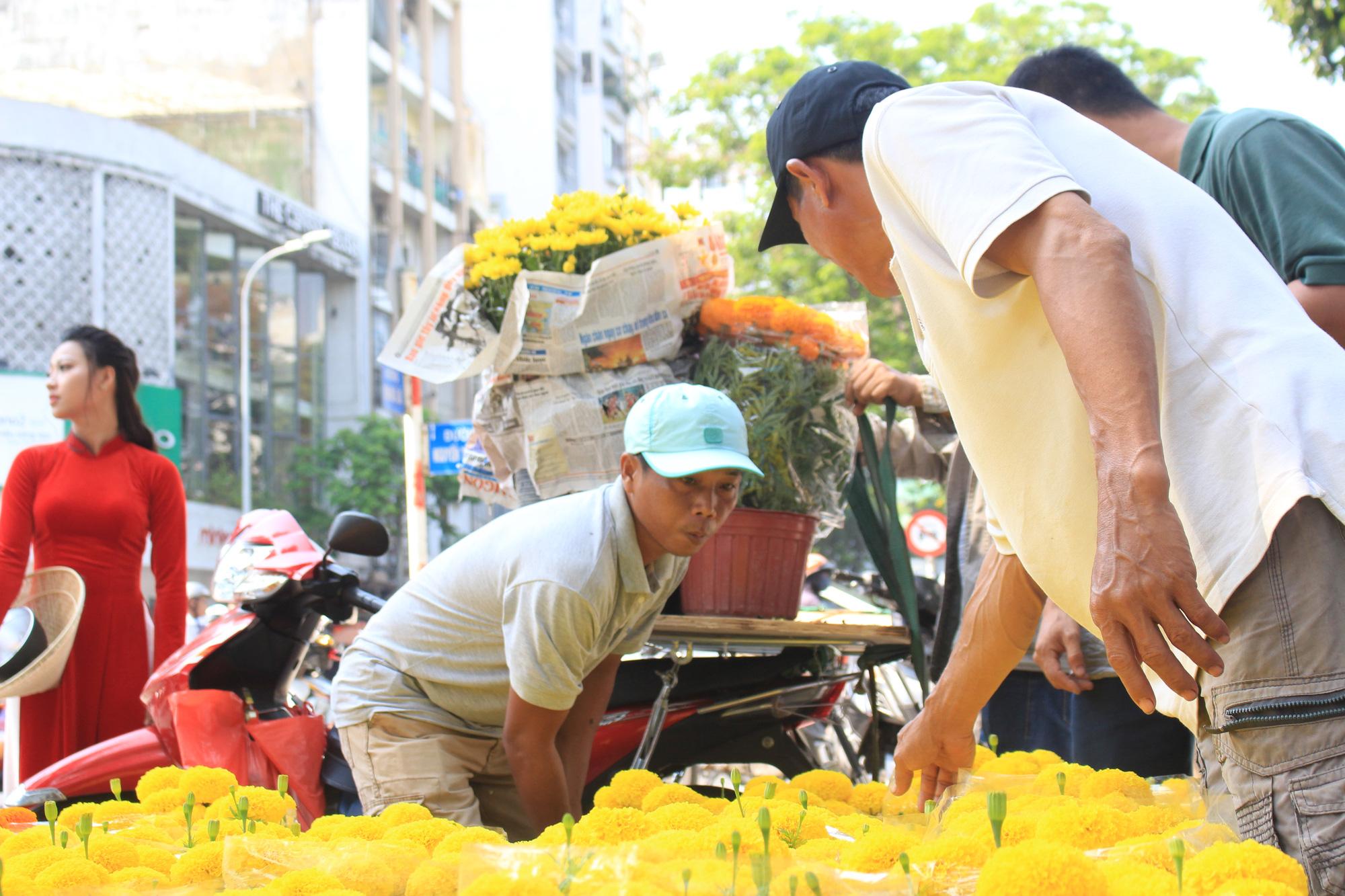 Xe ôm nghỉ việc, chở hoa Tết kiếm tiền triệu mỗi ngày  - Ảnh 6.