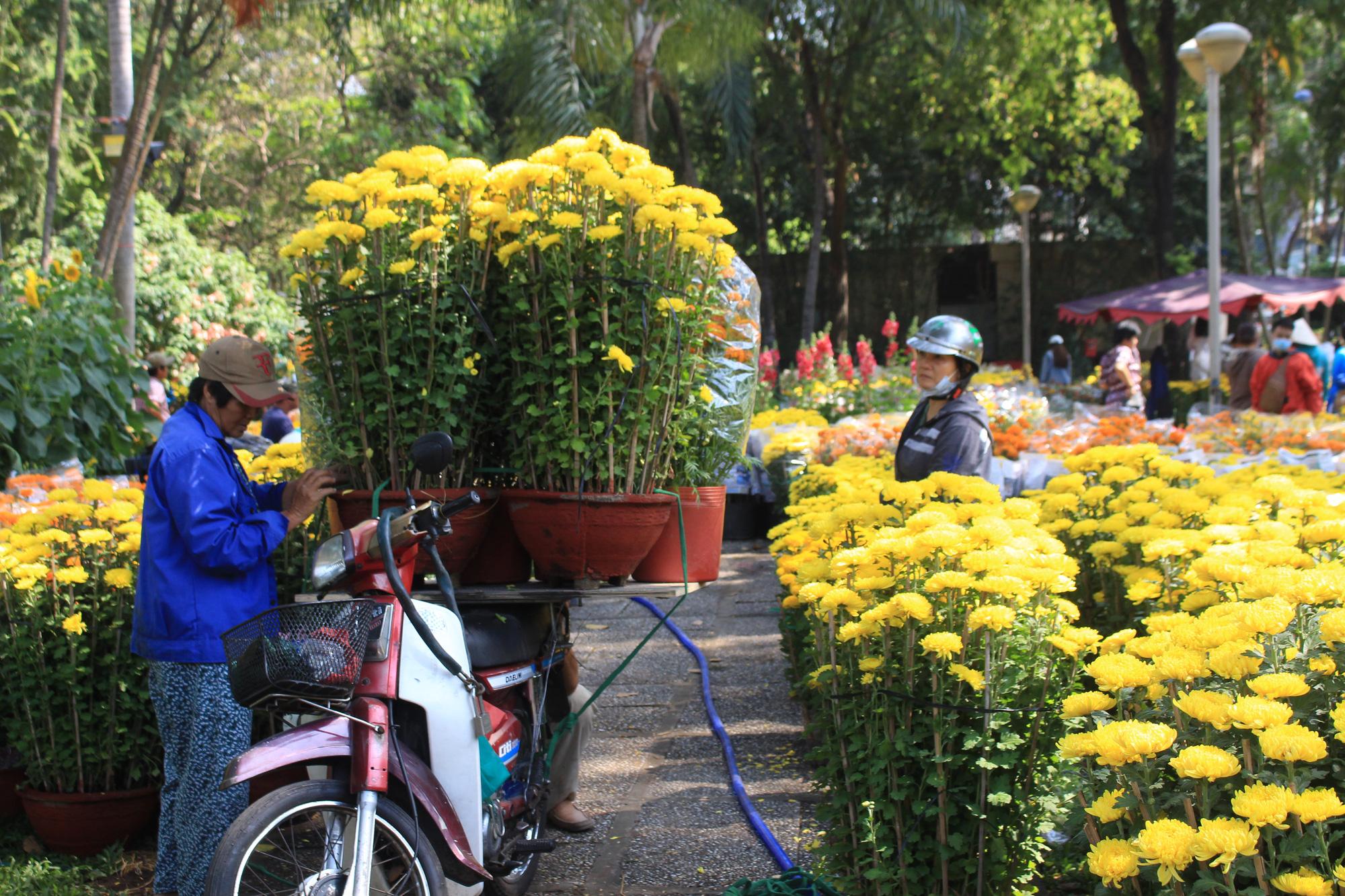 Xe ôm nghỉ việc, chở hoa Tết kiếm tiền triệu mỗi ngày  - Ảnh 10.