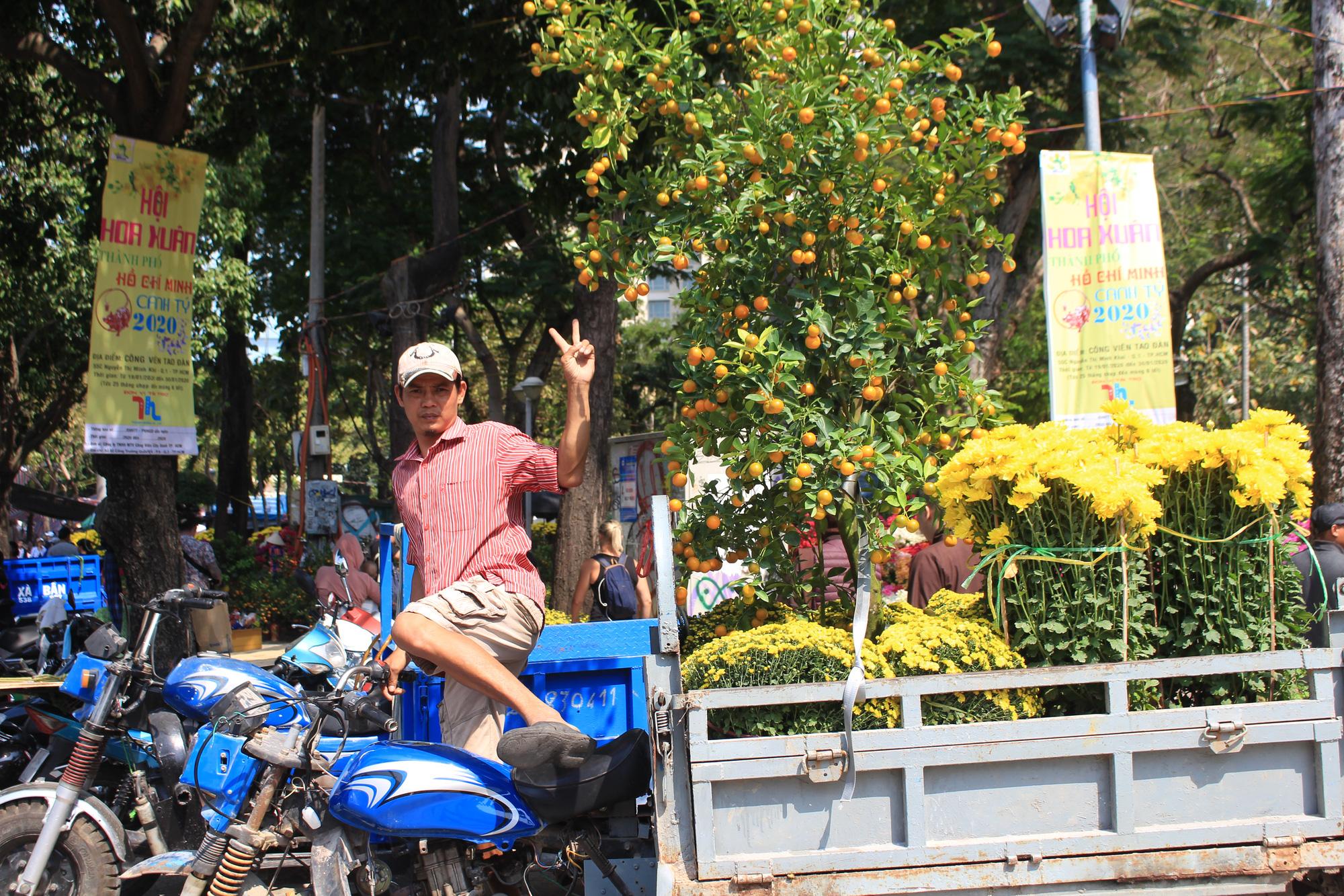 Xe ôm nghỉ việc, chở hoa Tết kiếm tiền triệu mỗi ngày  - Ảnh 14.