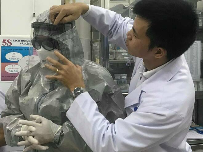 Hai người viêm phổi Vũ Hán cách li tại Bệnh viện Chợ Rẫy - Ảnh 1.