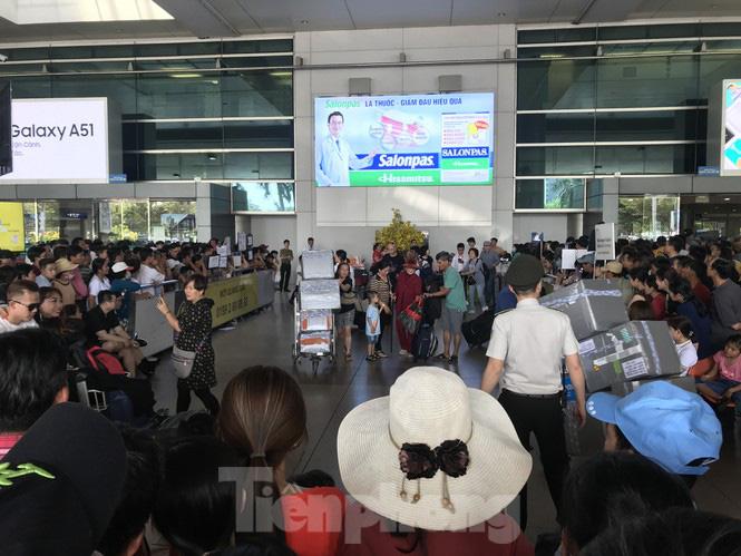 Nghìn người chen lấn ở sân bay Tân Sơn Nhất đón Việt kiều về quê ngày 29 tết - Ảnh 2.