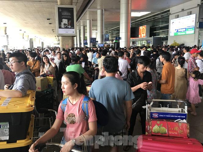Nghìn người chen lấn ở sân bay Tân Sơn Nhất đón Việt kiều về quê ngày 29 tết - Ảnh 3.