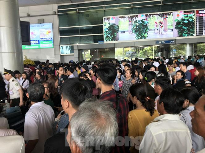 Nghìn người chen lấn ở sân bay Tân Sơn Nhất đón Việt kiều về quê ngày 29 tết - Ảnh 4.