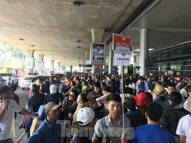 Nghìn người chen lấn ở sân bay Tân Sơn Nhất đón Việt kiều về quê ngày 29 tết - Ảnh 5.