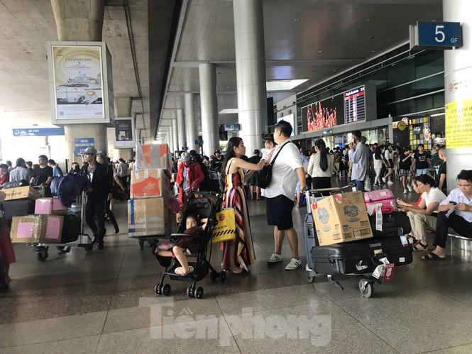 Nghìn người chen lấn ở sân bay Tân Sơn Nhất đón Việt kiều về quê ngày 29 tết - Ảnh 6.