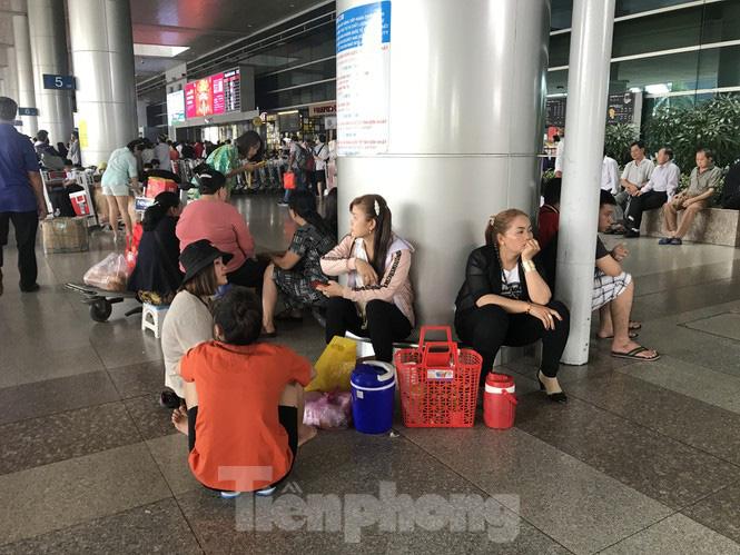 Nghìn người chen lấn ở sân bay Tân Sơn Nhất đón Việt kiều về quê ngày 29 tết - Ảnh 9.