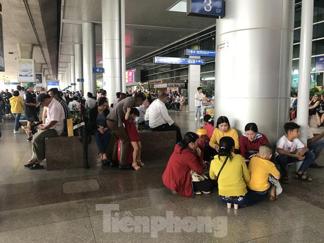 Nghìn người chen lấn ở sân bay Tân Sơn Nhất đón Việt kiều về quê ngày 29 tết - Ảnh 8.