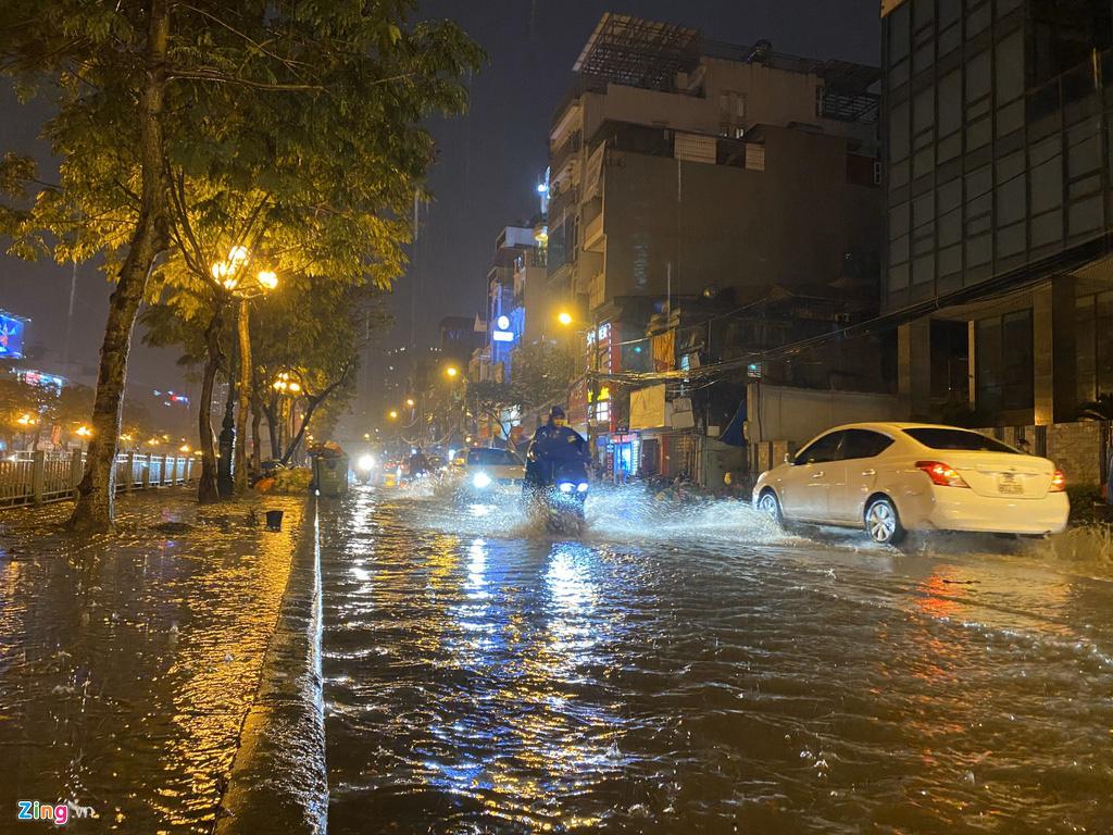 Hà Nội mưa ngập phố, hồ Gươm vắng hoe trước giao thừa - Ảnh 1.