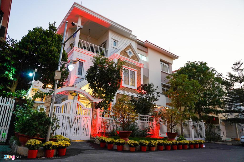 Cảnh trang hoàng đón Tết tại phố nhà giàu TP HCM - Ảnh 1.
