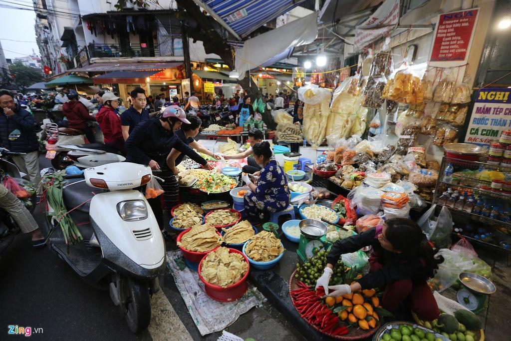 Dân thủ đô xếp hàng sắm đồ cúng 30 Tết tại chợ Hàng Bè từ mờ sáng - Ảnh 1.