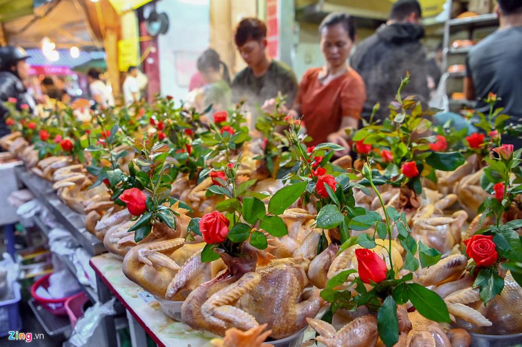 Dân thủ đô xếp hàng sắm đồ cúng 30 Tết tại chợ Hàng Bè từ mờ sáng - Ảnh 2.