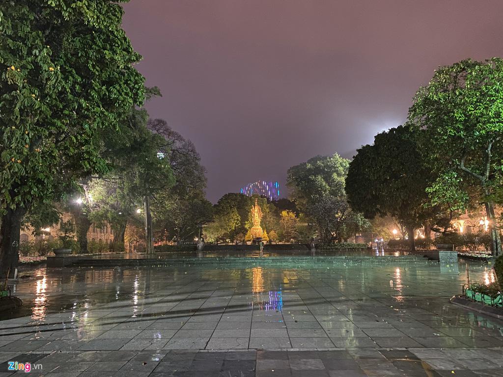 Hà Nội mưa ngập phố, hồ Gươm vắng hoe trước giao thừa - Ảnh 10.