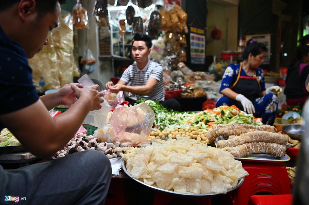 Dân thủ đô xếp hàng sắm đồ cúng 30 Tết tại chợ Hàng Bè từ mờ sáng - Ảnh 4.
