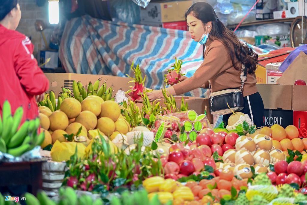Dân thủ đô xếp hàng sắm đồ cúng 30 Tết tại chợ Hàng Bè từ mờ sáng - Ảnh 5.