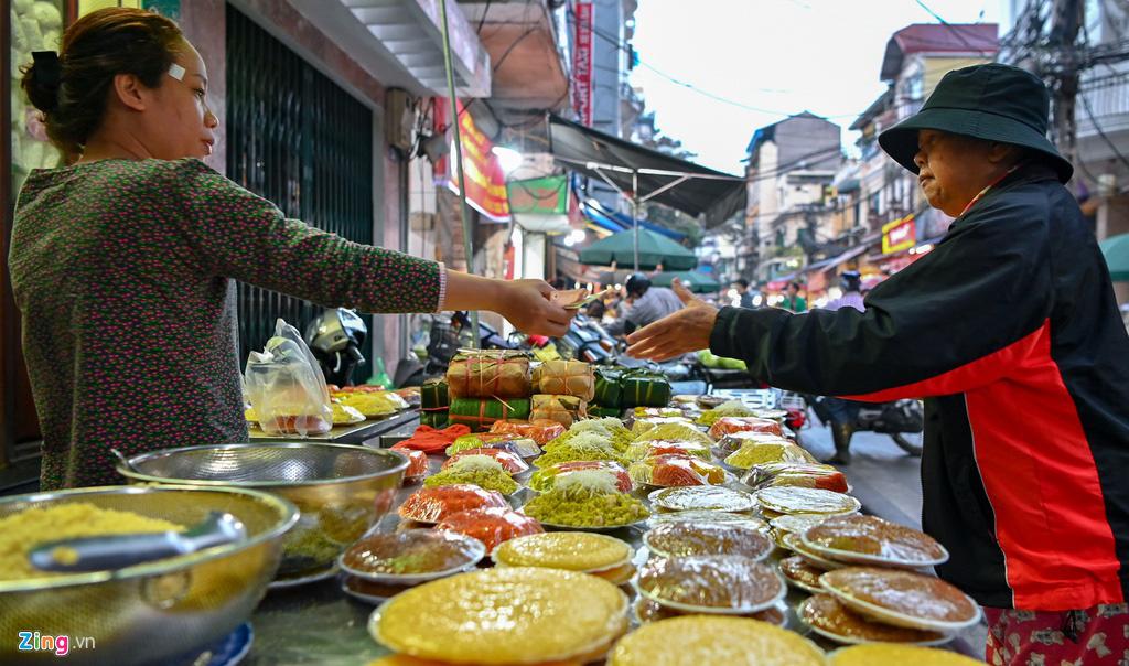 Dân thủ đô xếp hàng sắm đồ cúng 30 Tết tại chợ Hàng Bè từ mờ sáng - Ảnh 6.