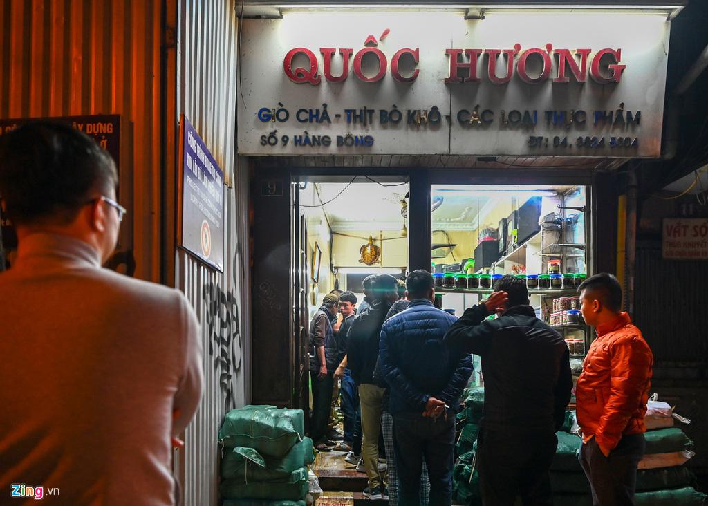 Dân thủ đô xếp hàng sắm đồ cúng 30 Tết tại chợ Hàng Bè từ mờ sáng - Ảnh 8.