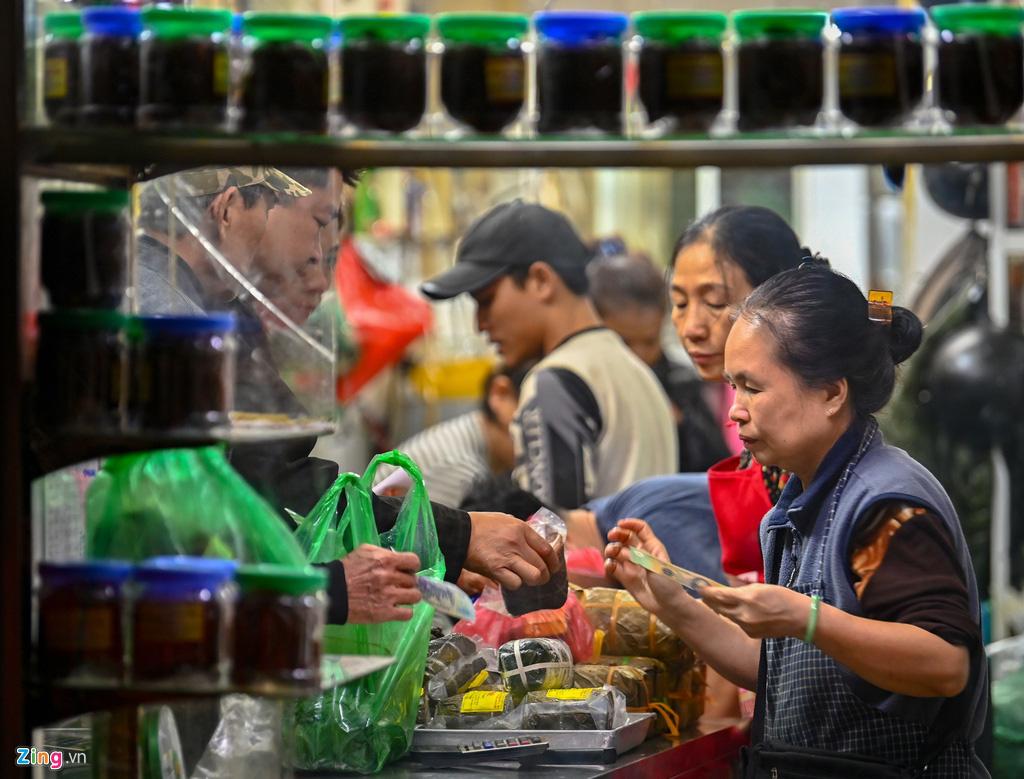 Dân thủ đô xếp hàng sắm đồ cúng 30 Tết tại chợ Hàng Bè từ mờ sáng - Ảnh 9.