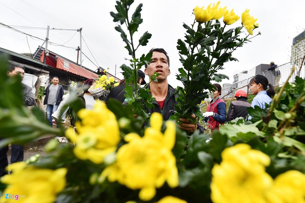 Mua hoa hồng, cúc giá rẻ, nhặt lay ơn bỏ đi ngày 30 Tết - Ảnh 8.