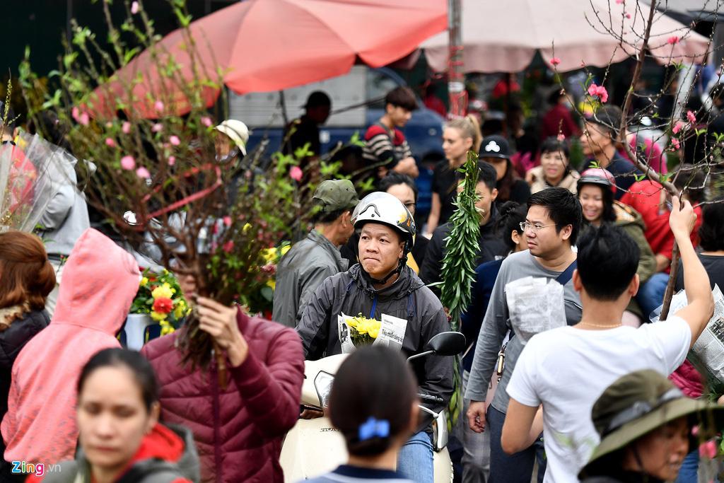 Mua hoa hồng, cúc giá rẻ, nhặt lay ơn bỏ đi ngày 30 Tết - Ảnh 2.