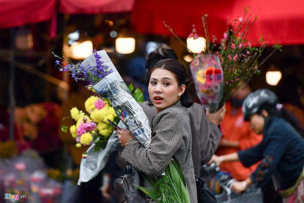 Mua hoa hồng, cúc giá rẻ, nhặt lay ơn bỏ đi ngày 30 Tết - Ảnh 3.