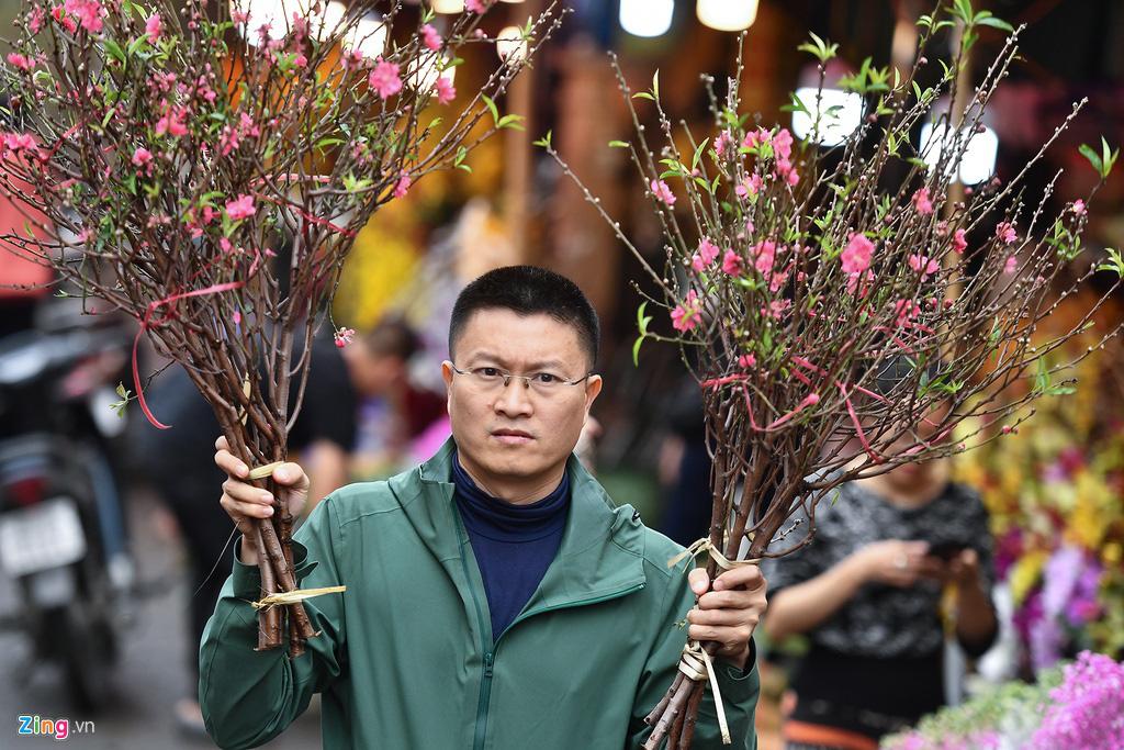 Mua hoa hồng, cúc giá rẻ, nhặt lay ơn bỏ đi ngày 30 Tết - Ảnh 6.