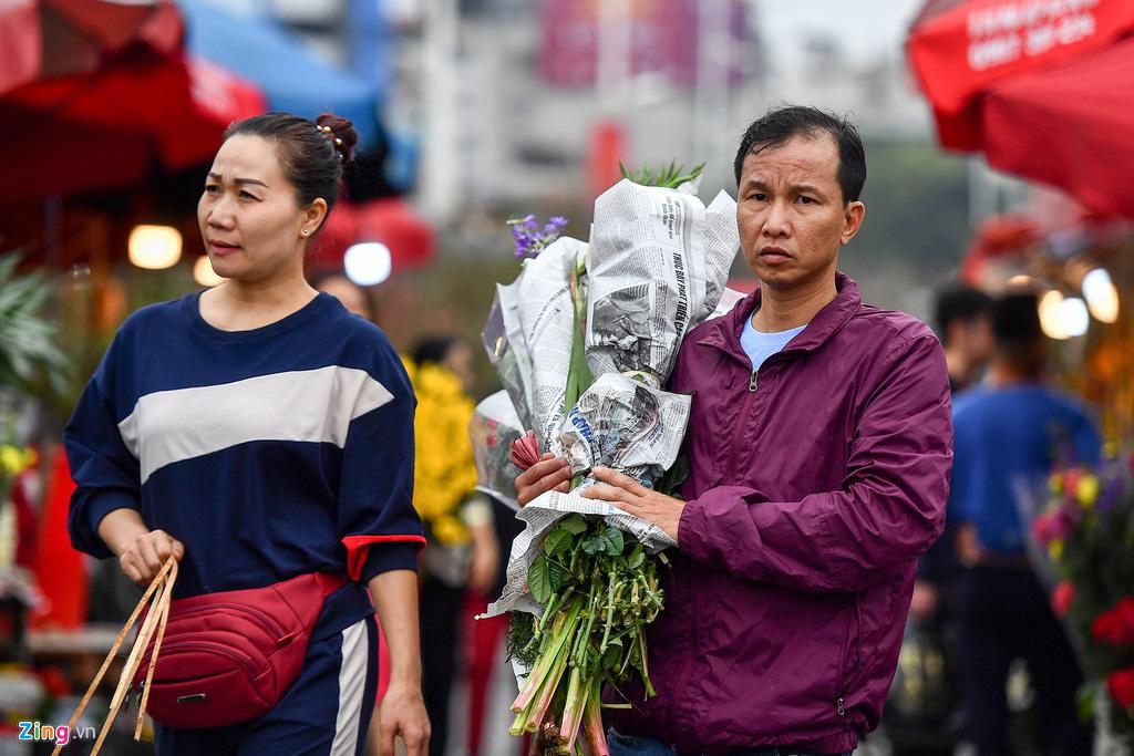 Mua hoa hồng, cúc giá rẻ, nhặt lay ơn bỏ đi ngày 30 Tết - Ảnh 4.