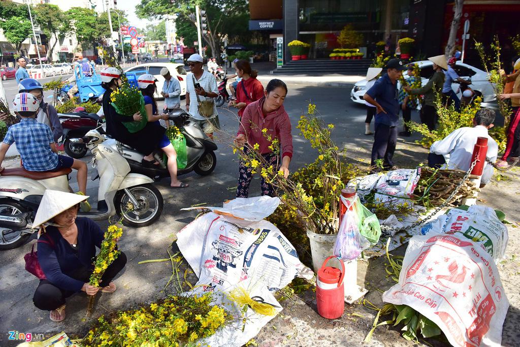 Đổ xô mua hoa Tết đại hạ giá ở trung tâm TP.HCM - Ảnh 10.