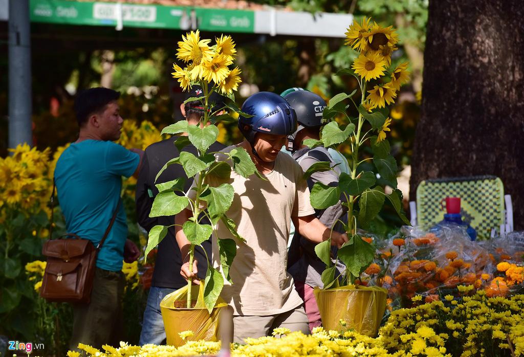 Đổ xô mua hoa Tết đại hạ giá ở trung tâm TP.HCM - Ảnh 12.