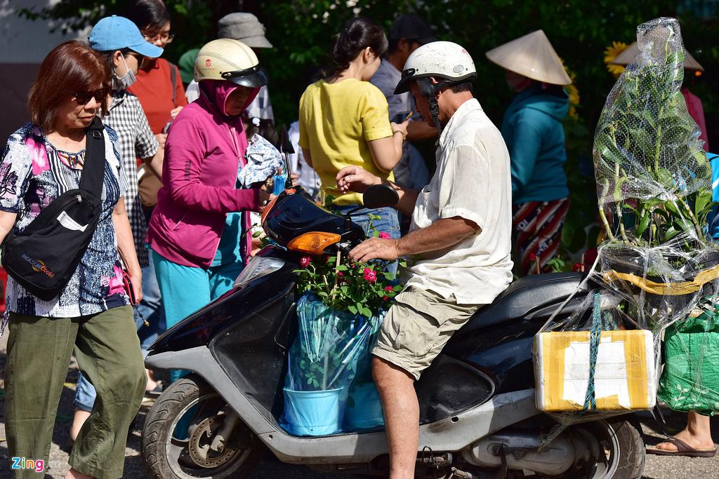Đổ xô mua hoa Tết đại hạ giá ở trung tâm TP.HCM - Ảnh 13.