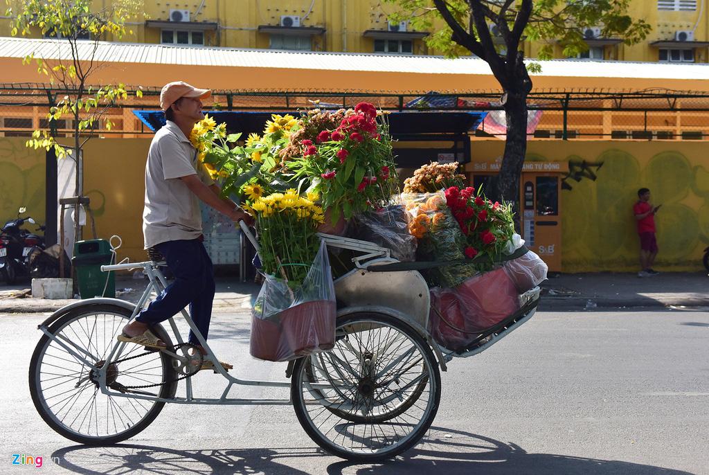 Đổ xô mua hoa Tết đại hạ giá ở trung tâm TP.HCM - Ảnh 14.