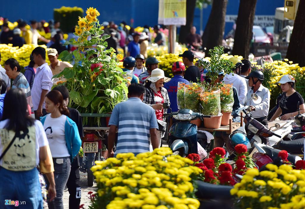 Đổ xô mua hoa Tết đại hạ giá ở trung tâm TP.HCM - Ảnh 3.