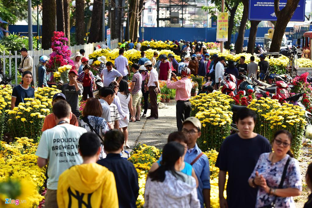 Đổ xô mua hoa Tết đại hạ giá ở trung tâm TP.HCM - Ảnh 2.