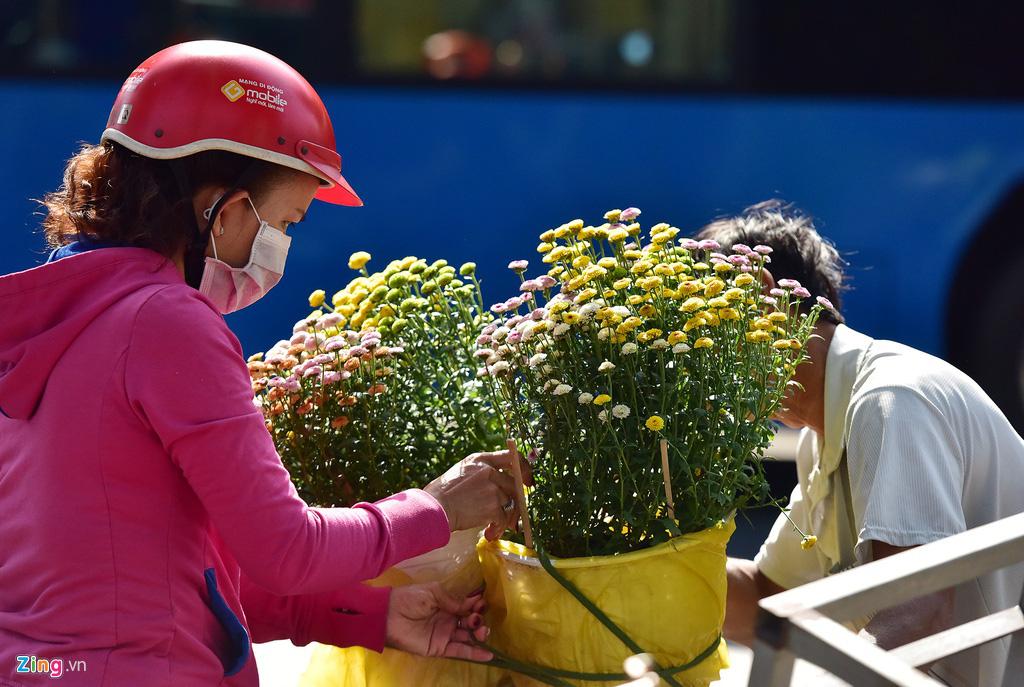 Đổ xô mua hoa Tết đại hạ giá ở trung tâm TP.HCM - Ảnh 5.