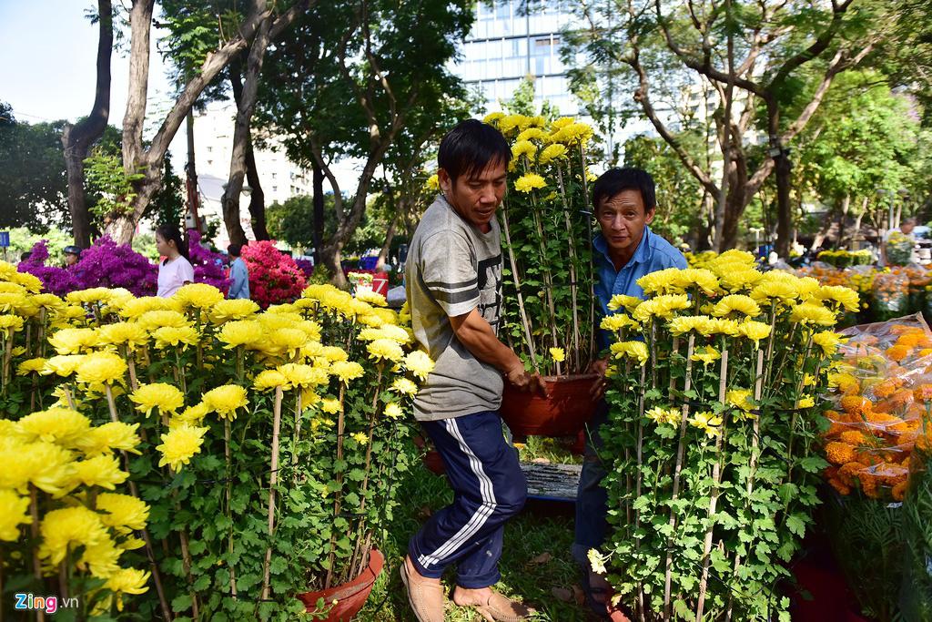 Đổ xô mua hoa Tết đại hạ giá ở trung tâm TP.HCM - Ảnh 7.