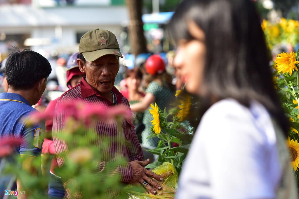 Đổ xô mua hoa Tết đại hạ giá ở trung tâm TP.HCM - Ảnh 8.