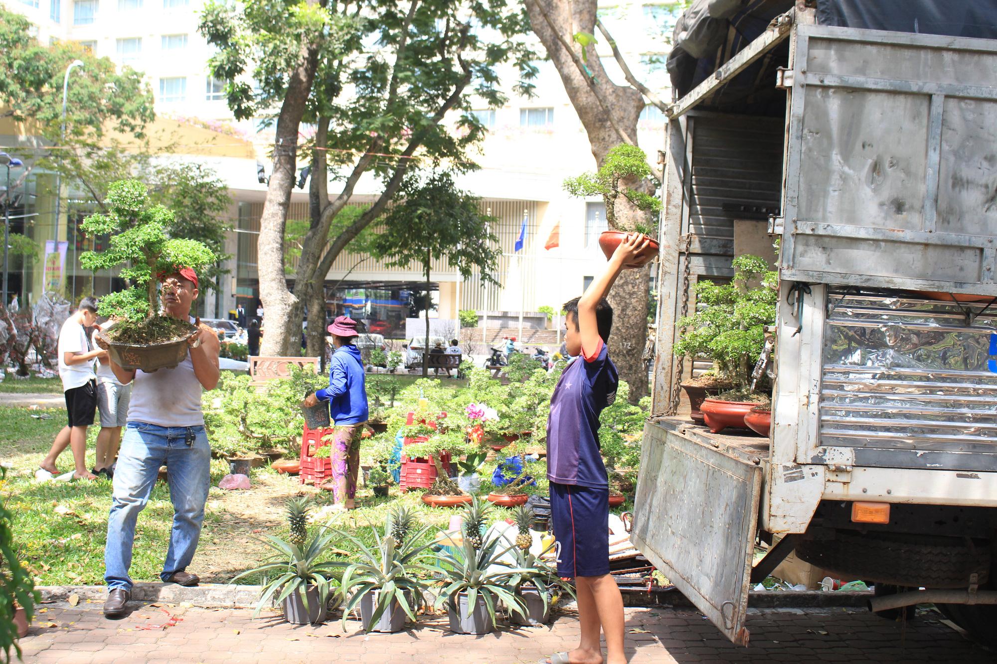 Đập nát hoa trước quăng lên xe rác ở Sài Gòn trưa 30 Tết - Ảnh 14.