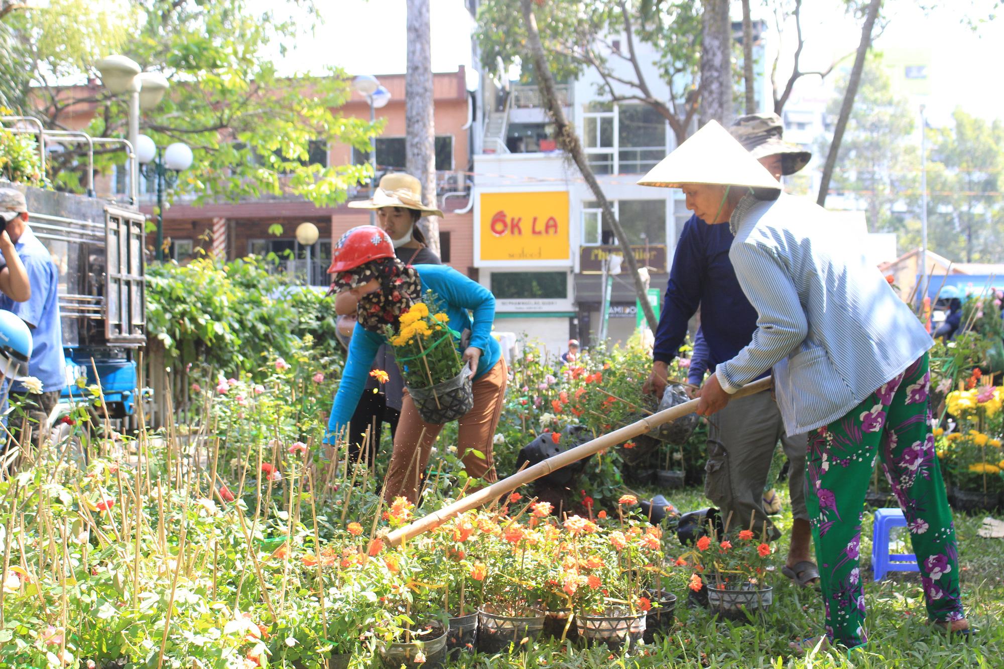 Đập nát hoa trước quăng lên xe rác ở Sài Gòn trưa 30 Tết - Ảnh 6.