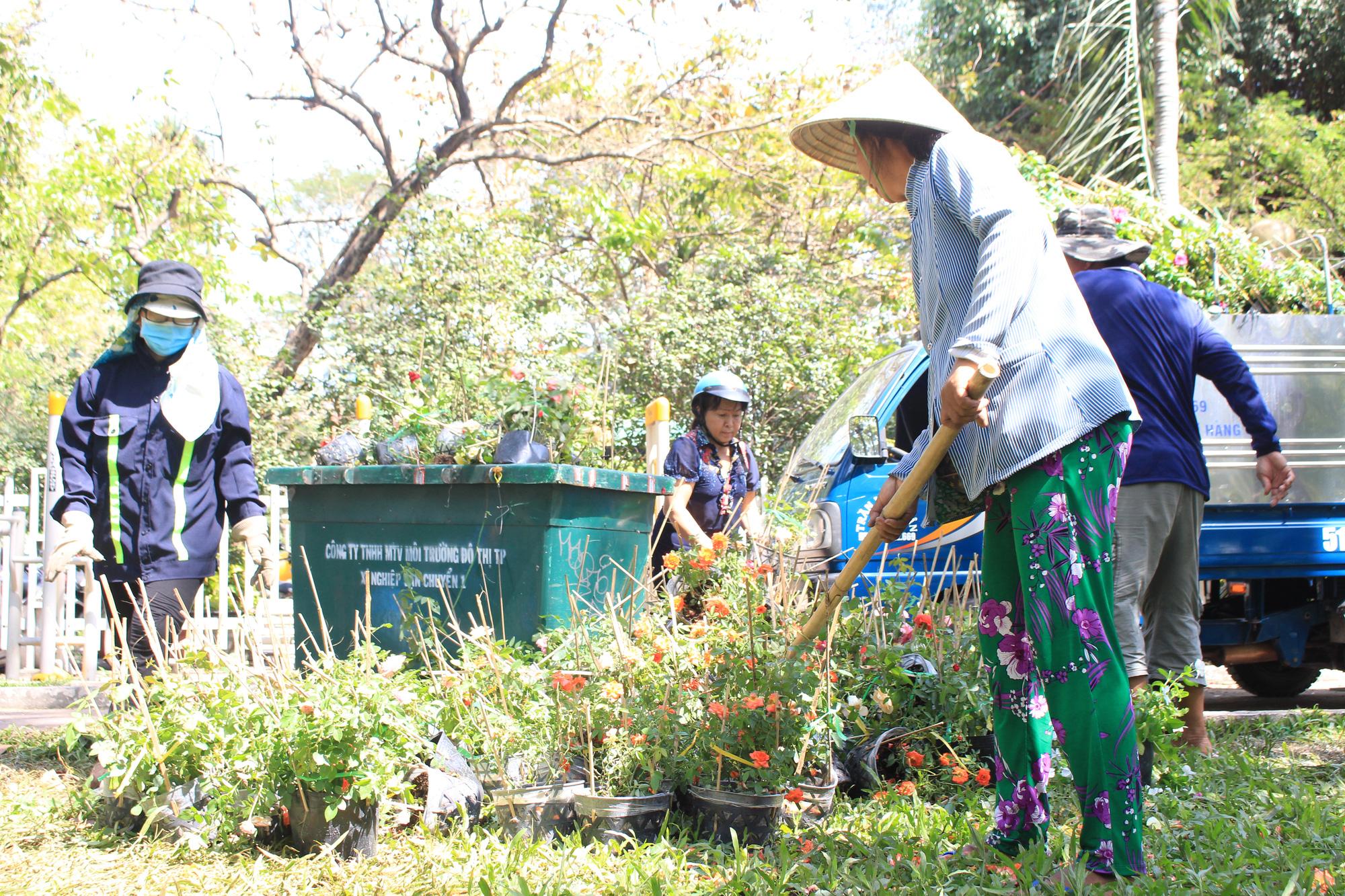 Đập nát hoa trước quăng lên xe rác ở Sài Gòn trưa 30 Tết - Ảnh 3.