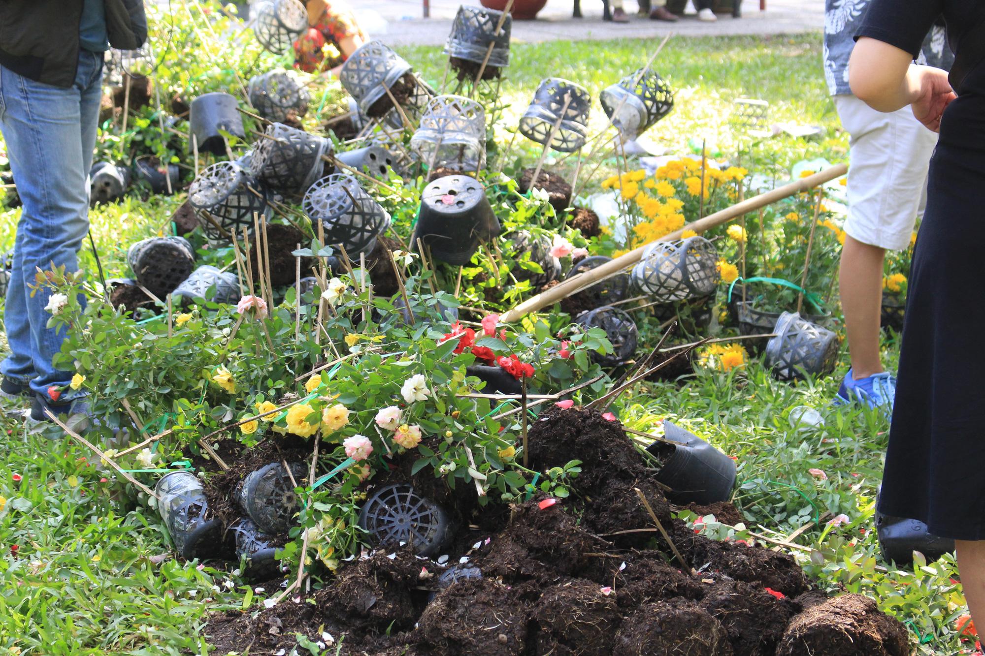 Đập nát hoa trước quăng lên xe rác ở Sài Gòn trưa 30 Tết - Ảnh 4.