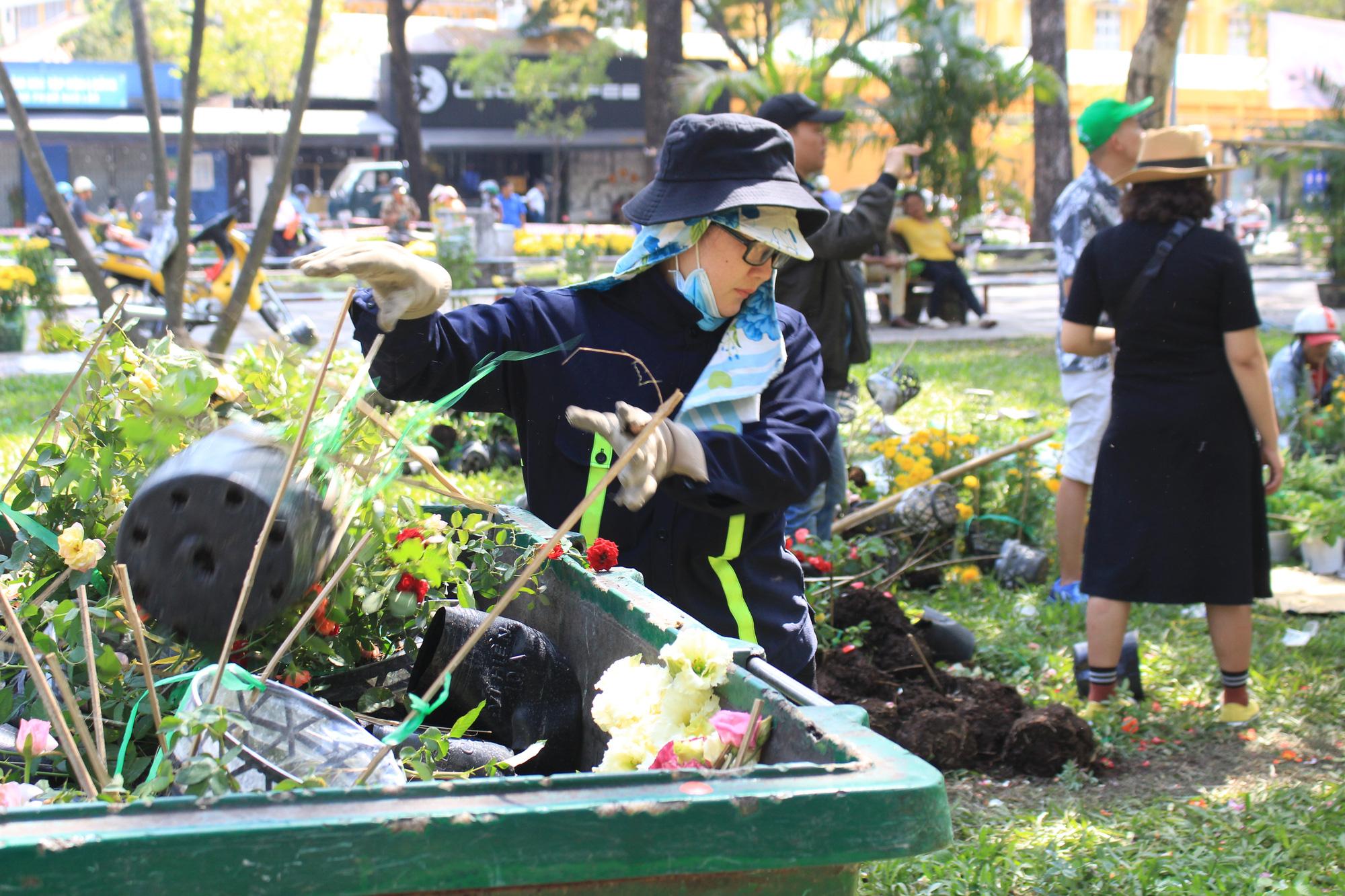 Đập nát hoa trước quăng lên xe rác ở Sài Gòn trưa 30 Tết - Ảnh 5.