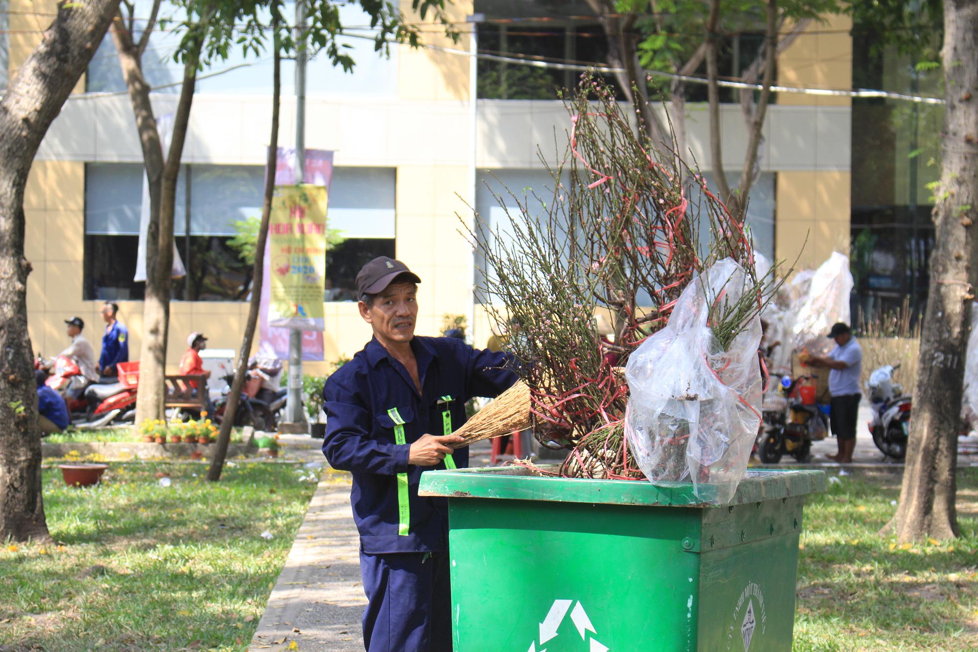 Đập nát hoa trước quăng lên xe rác ở Sài Gòn trưa 30 Tết - Ảnh 13.