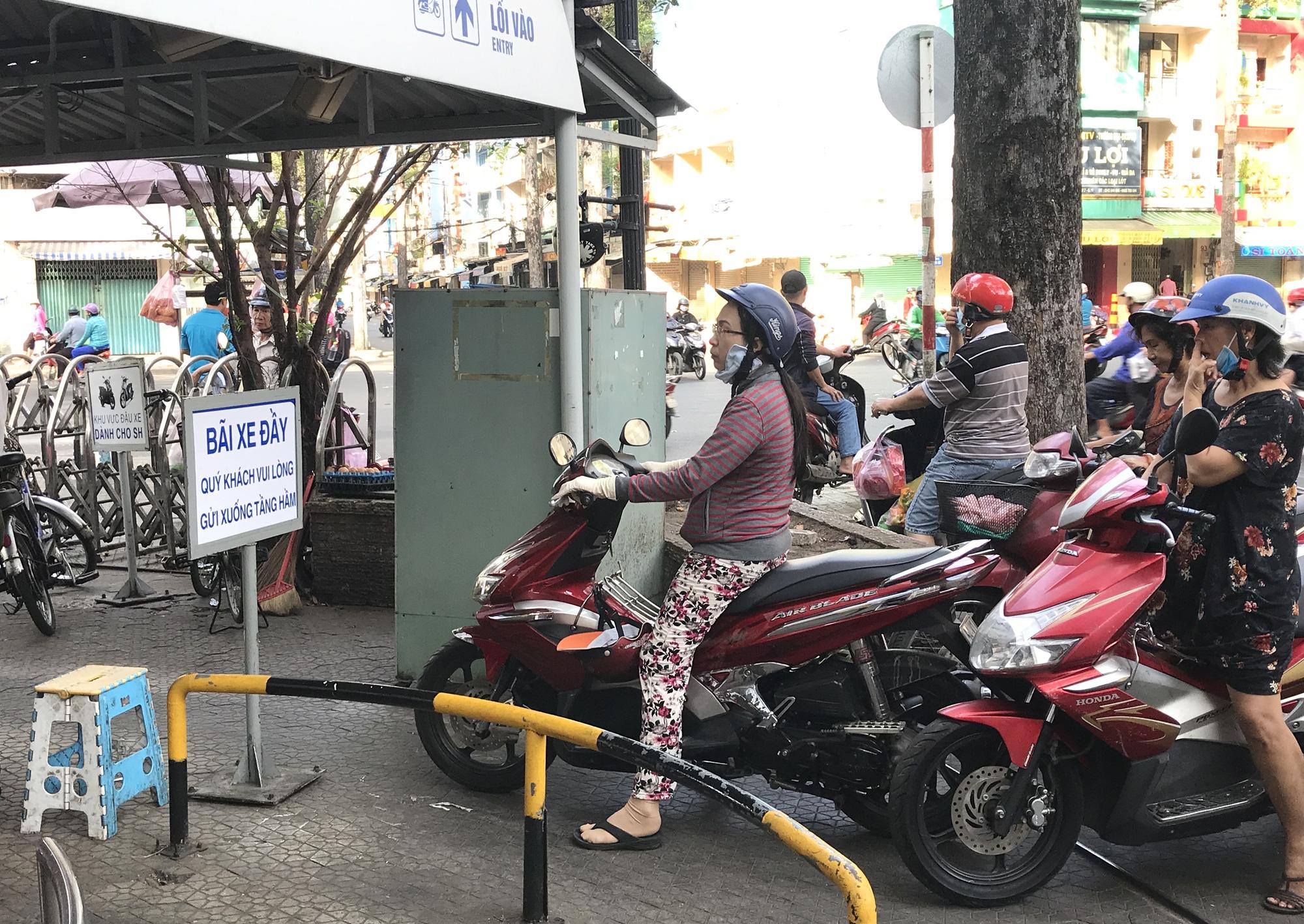 Người Sài Gòn vét siêu thị sáng 30 Tết, rau muống, tía tô, sữa chua, thịt heo đều hết sạch - Ảnh 16.