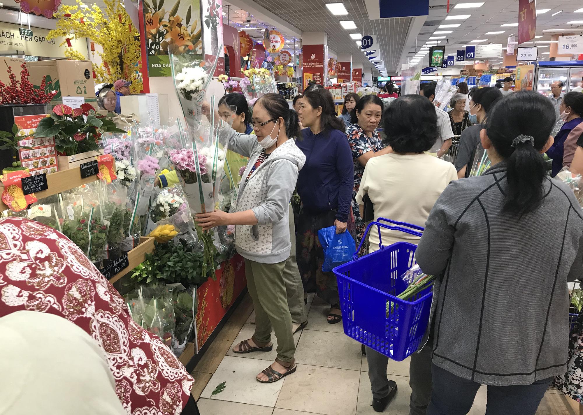 Người Sài Gòn vét siêu thị sáng 30 Tết, rau muống, tía tô, sữa chua, thịt heo đều hết sạch - Ảnh 13.