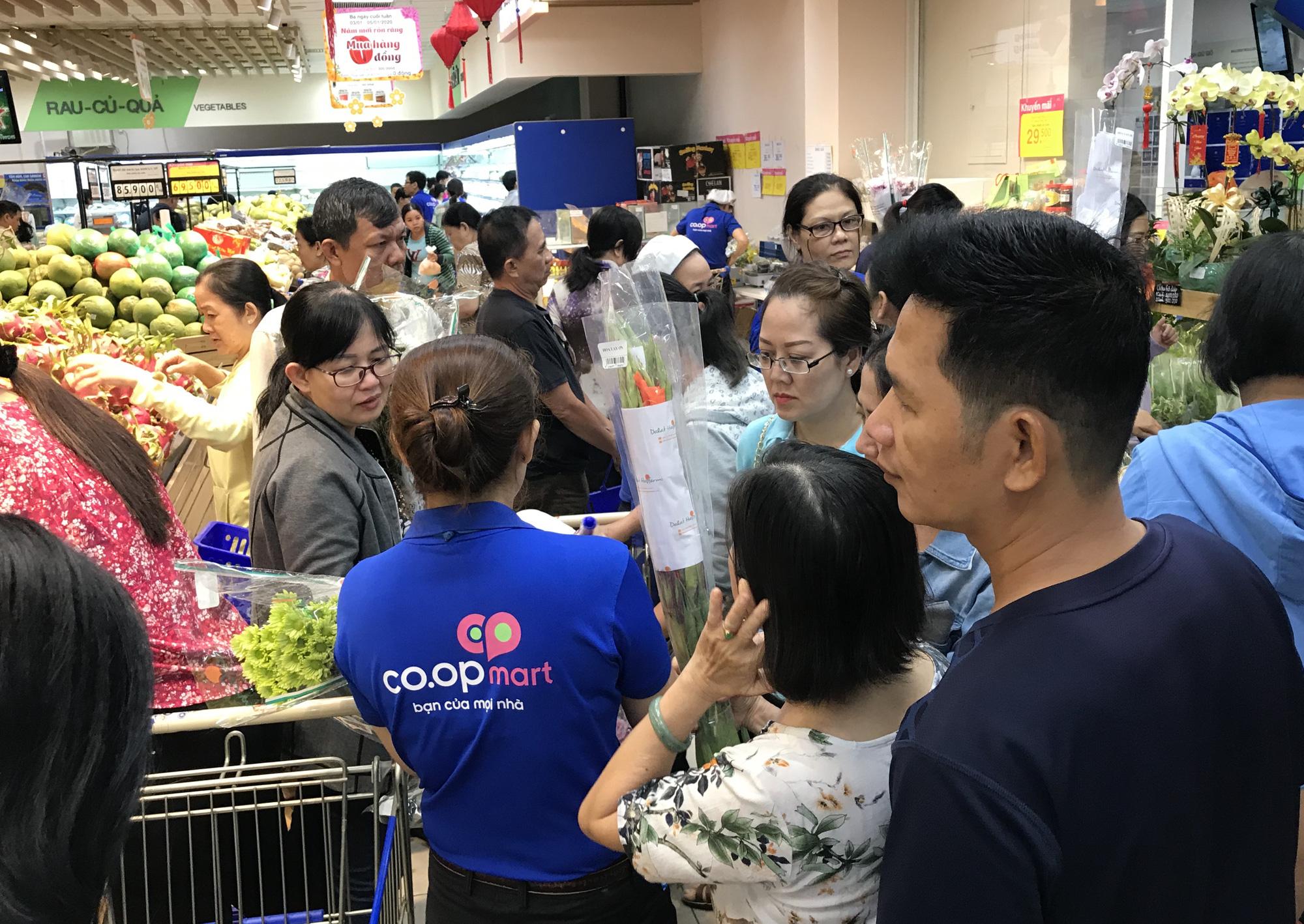 Người Sài Gòn vét siêu thị sáng 30 Tết, rau muống, tía tô, sữa chua, thịt heo đều hết sạch - Ảnh 1.