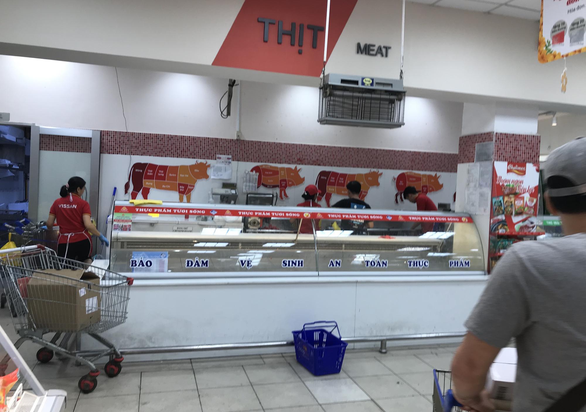 Người Sài Gòn vét siêu thị sáng 30 Tết, rau muống, tía tô, sữa chua, thịt heo đều hết sạch - Ảnh 15.