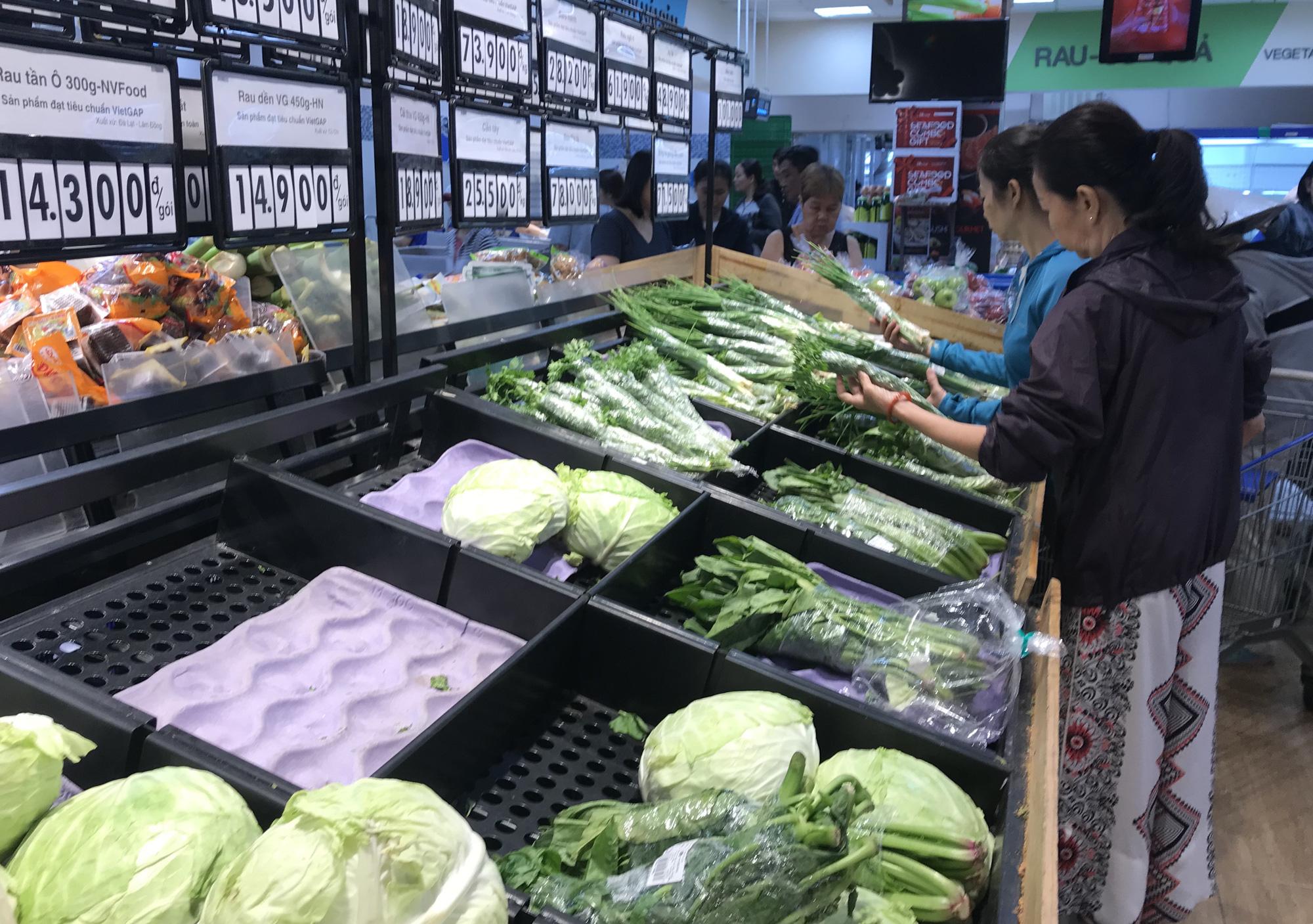 Người Sài Gòn vét siêu thị sáng 30 Tết, rau muống, tía tô, sữa chua, thịt heo đều hết sạch - Ảnh 11.