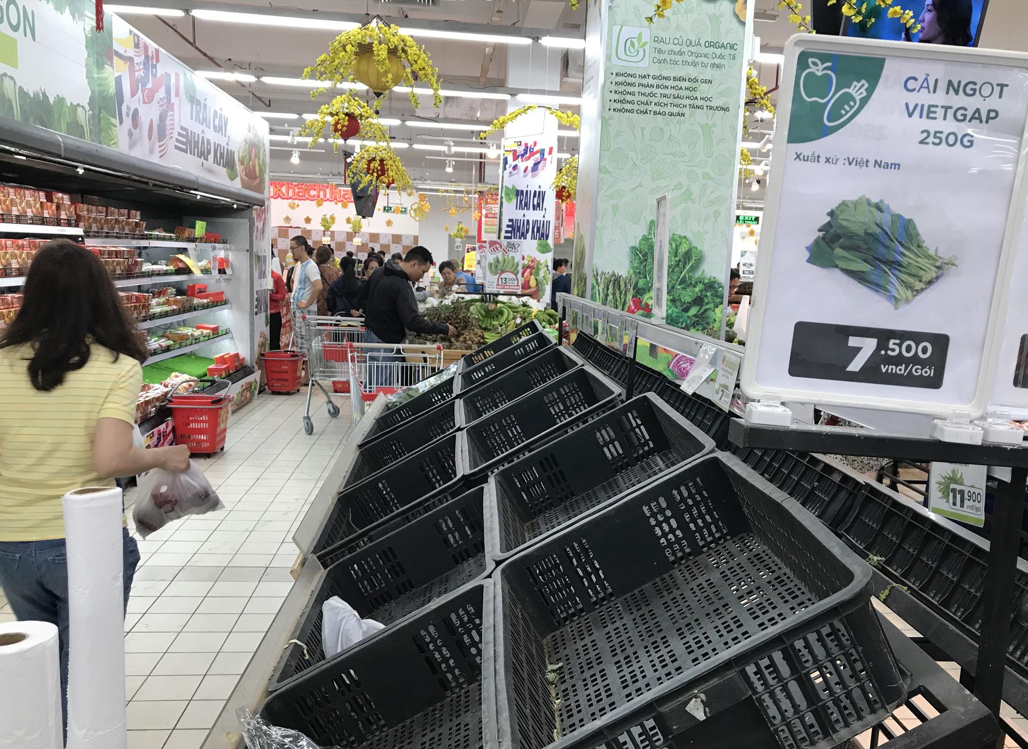 Người Sài Gòn vét siêu thị sáng 30 Tết, rau muống, tía tô, sữa chua, thịt heo đều hết sạch - Ảnh 3.