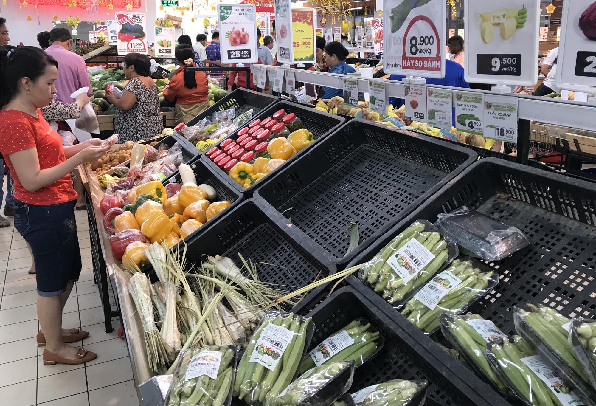 Người Sài Gòn vét siêu thị sáng 30 Tết, rau muống, tía tô, sữa chua, thịt heo đều hết sạch - Ảnh 6.