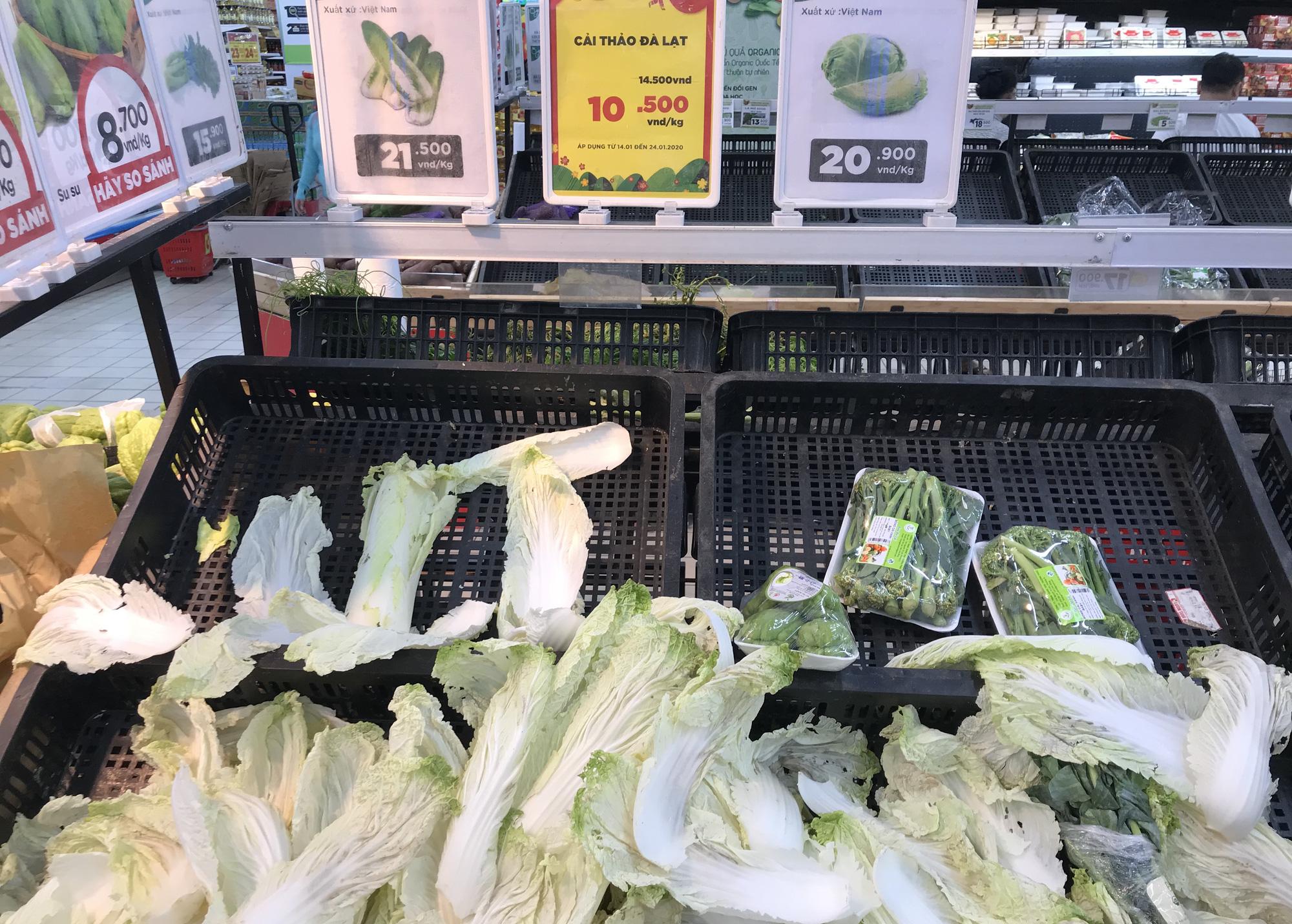 Người Sài Gòn vét siêu thị sáng 30 Tết, rau muống, tía tô, sữa chua, thịt heo đều hết sạch - Ảnh 4.