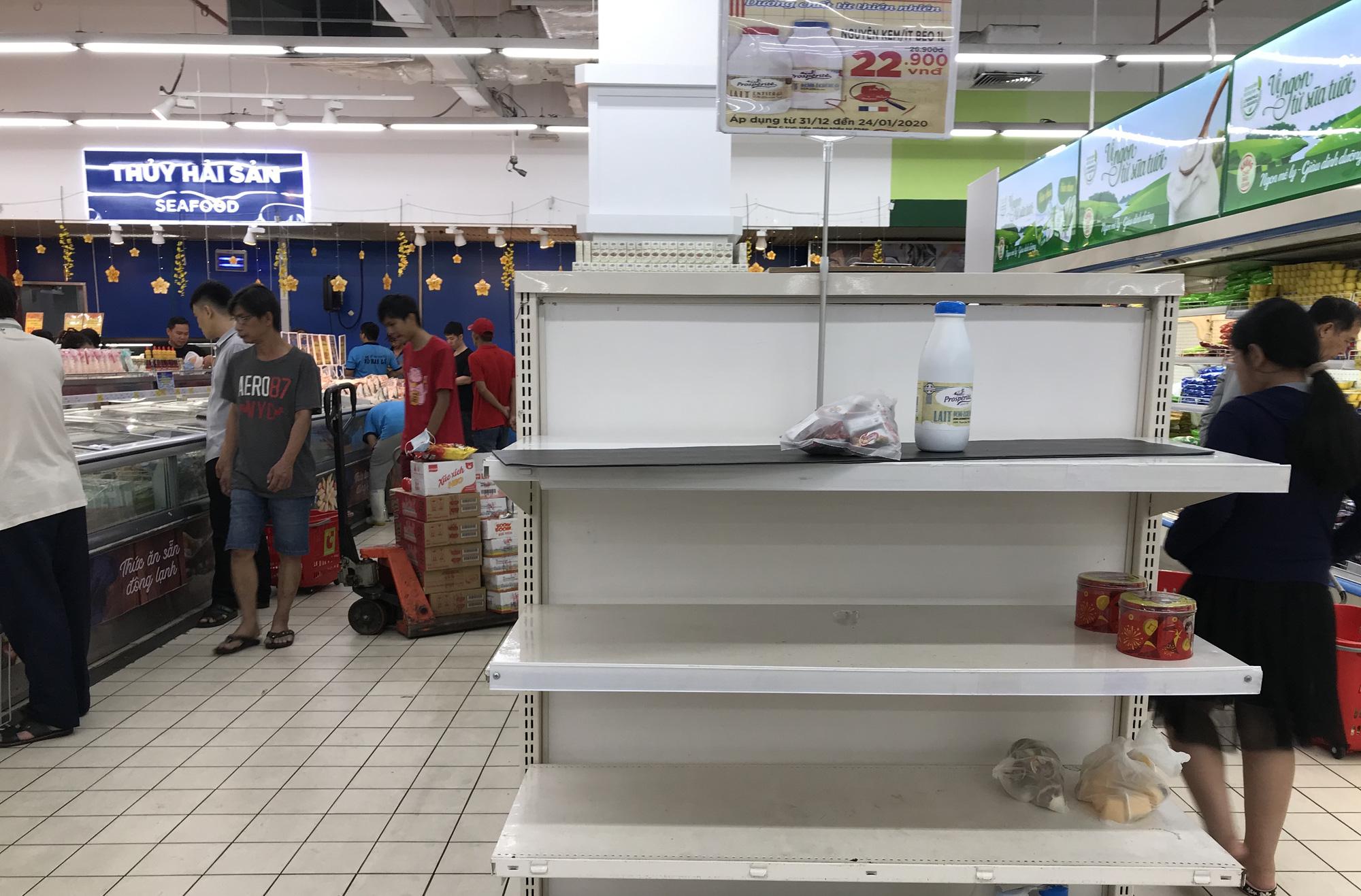 Người Sài Gòn vét siêu thị sáng 30 Tết, rau muống, tía tô, sữa chua, thịt heo đều hết sạch - Ảnh 8.